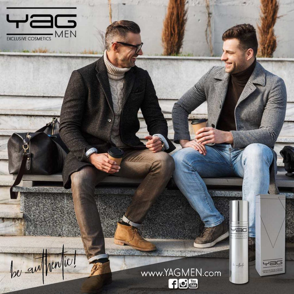 Pareja gay tomando café y hablando de YAG MEN cosmética masculina